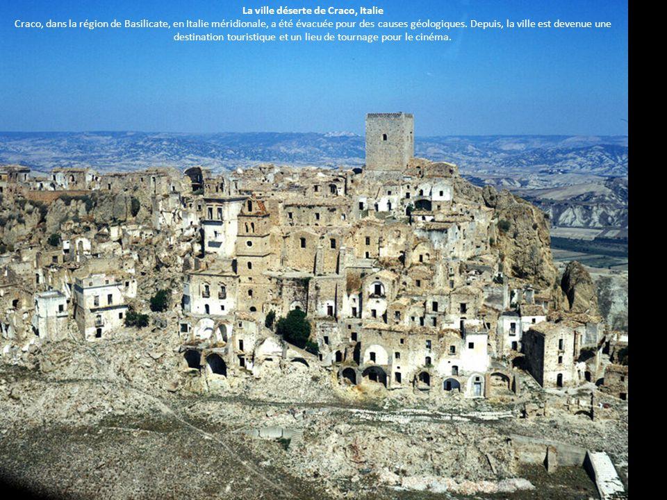 La ville déserte de Craco, Italie Craco, dans la région de Basilicate, en Italie méridionale, a été évacuée pour des causes géologiques. Depuis, la vi