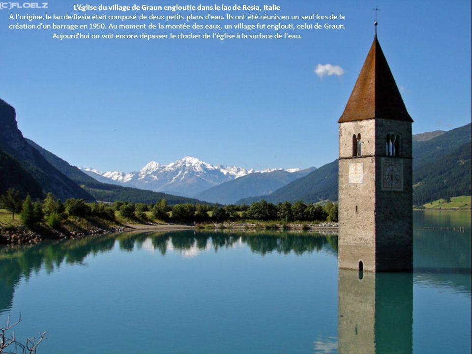 L'église du village de Graun engloutie dans le lac de Resia, Italie A l'origine, le lac de Resia était composé de deux petits plans d'eau. Ils ont été