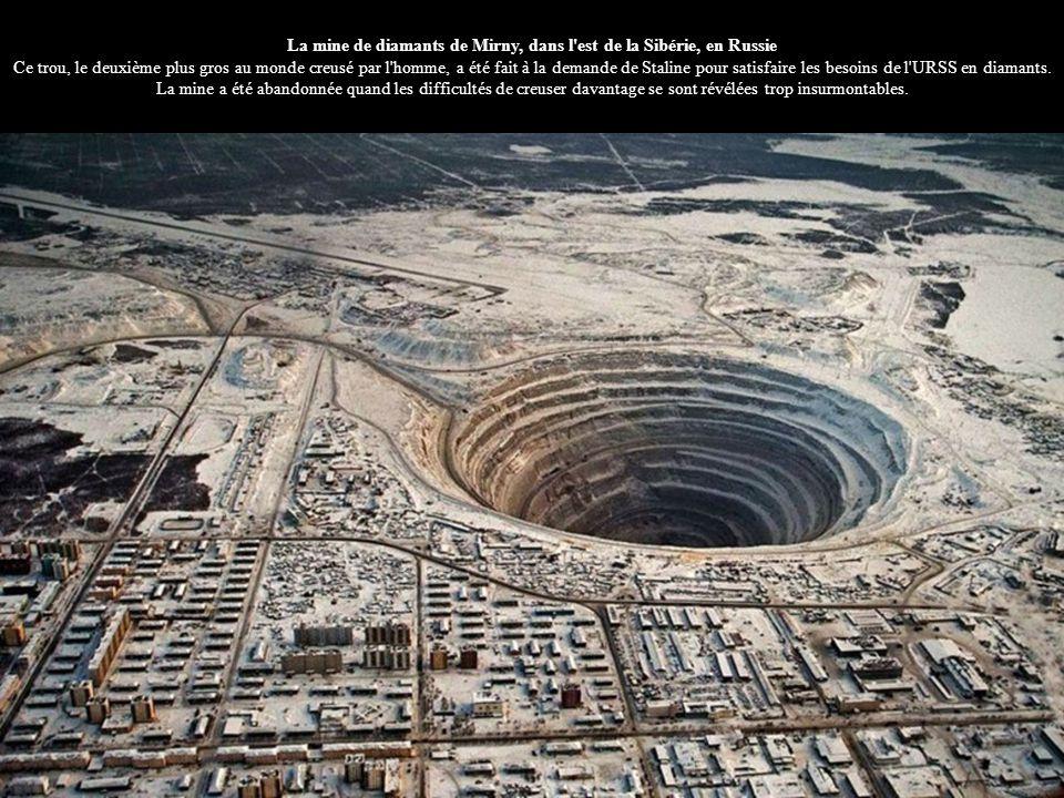 La mine de diamants de Mirny, dans l'est de la Sibérie, en Russie Ce trou, le deuxième plus gros au monde creusé par l'homme, a été fait à la demande