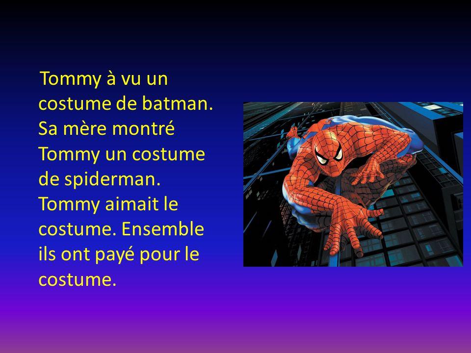 Tommy à vu un costume de batman. Sa mère montré Tommy un costume de spiderman. Tommy aimait le costume. Ensemble ils ont payé pour le costume.