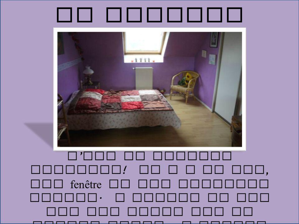 C ' est ma chambre violette ! Il y a un lit, une fenêtre et une chouette chaise. A droite du lit est une lampe sur la petite table. A gauche du lit es