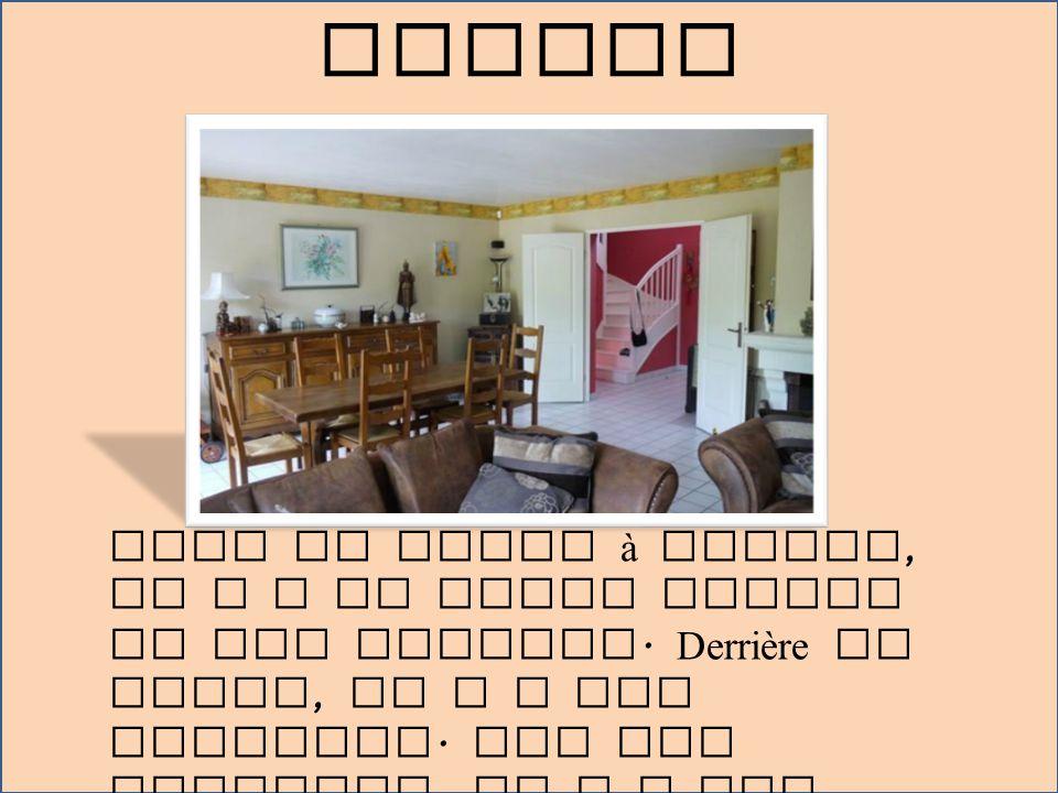 A côté de la salle à manger est le salon.Dans le salon, il y a deux canapés.
