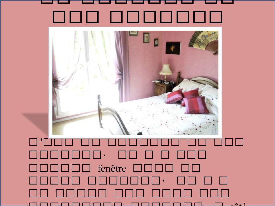 C ' est le chambre de mes parents. Il y a une grande fenêtre avec de beaux rideaus. Il y a un grand lit avec des oreillers violets. A côté du lit est