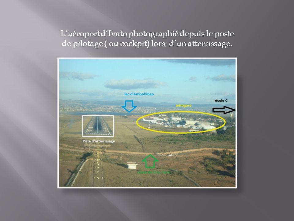 L'aéroport d'Ivato photographié depuis le poste de pilotage ( ou cockpit) lors d'un atterrissage.