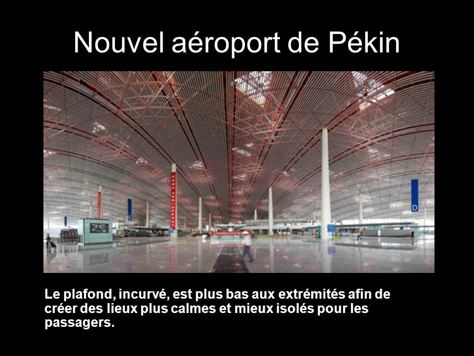 Nouvel aéroport de Pékin Le plafond, incurvé, est plus bas aux extrémités afin de créer des lieux plus calmes et mieux isolés pour les passagers.