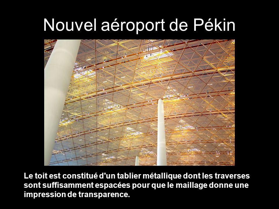 Le toit est constitué d un tablier métallique dont les traverses sont suffisamment espacées pour que le maillage donne une impression de transparence.