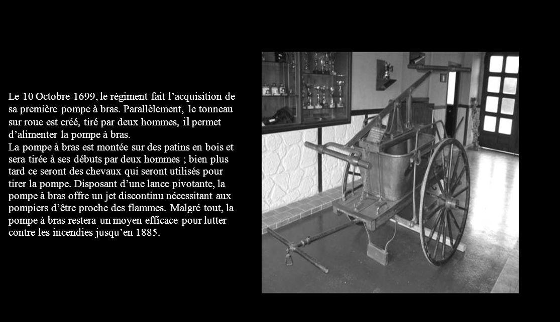 La seringue sur roue est le premier matériel destiné à la lutte contre l'incendie. Cette machine inventée à la fin du 15 ème siècle est constitué d'un