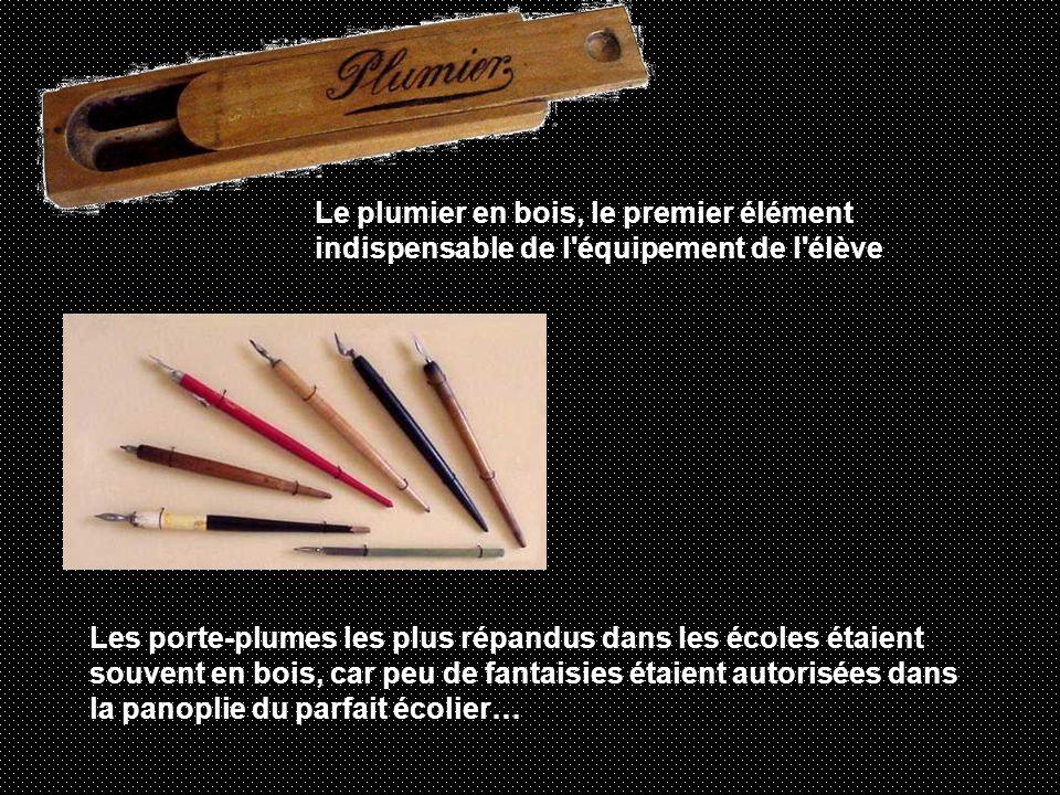 Le plumier en bois, le premier élément indispensable de l équipement de l élève Les porte-plumes les plus répandus dans les écoles étaient souvent en bois, car peu de fantaisies étaient autorisées dans la panoplie du parfait écolier…