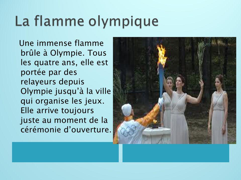 Une immense flamme brûle à Olympie. Tous les quatre ans, elle est portée par des relayeurs depuis Olympie jusqu'à la ville qui organise les jeux. Elle