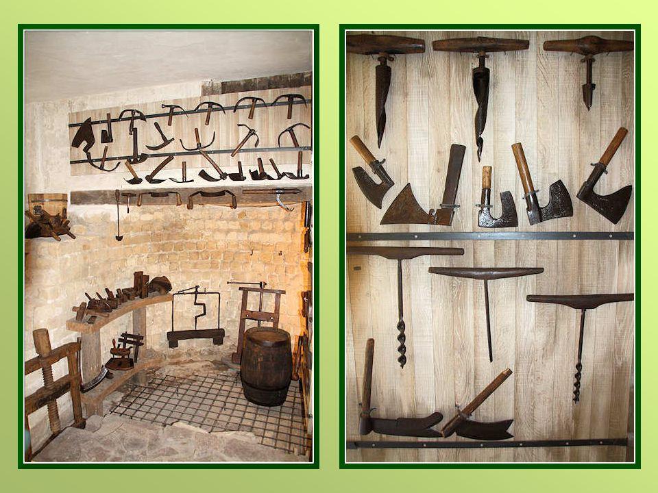 Les outils et objets d'art artisanaux exposés datent du XVI e siècle au début du XX e.