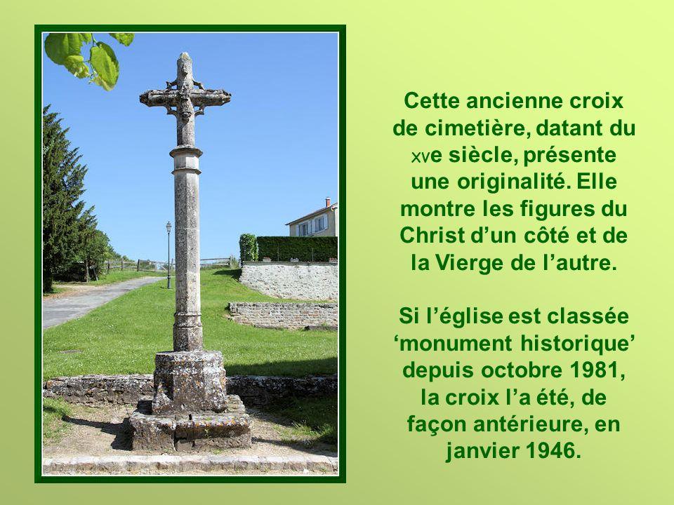 Cette ancienne croix de cimetière, datant du XV e siècle, présente une originalité.