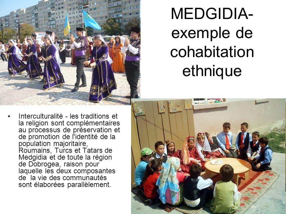 Interculturalité - les traditions et la religion sont complémentaires au processus de préservation et de promotion de l identité de la population majoritaire, Roumains, Turcs et Tatars de Medgidia et de toute la région de Dobrogea, raison pour laquelle les deux composantes de la vie des communautés sont élaborées parallèlement.