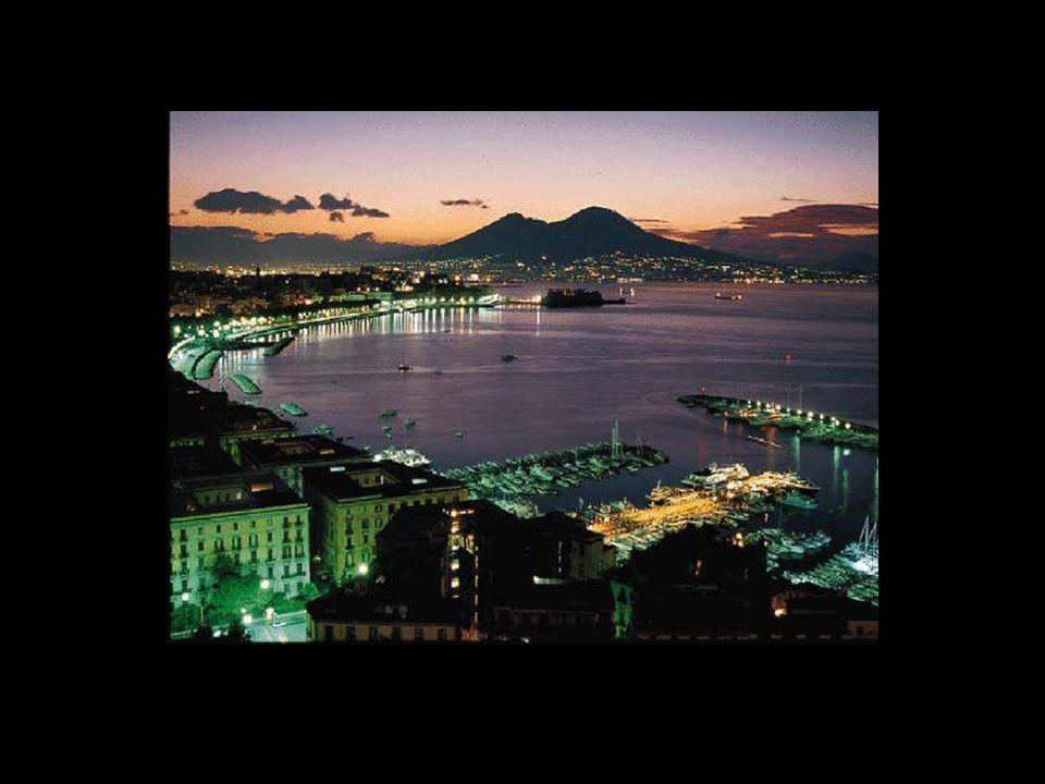 Naples est une ville d'Italie, capitale de la région de Campanie et de la province de Naples qui est connue pour sa richesse historique, artistique, c