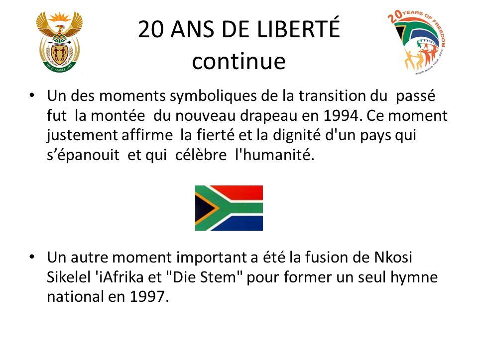 20 ANS DE LIBERTÉ continue Un des moments symboliques de la transition du passé fut la montée du nouveau drapeau en 1994. Ce moment justement affirme