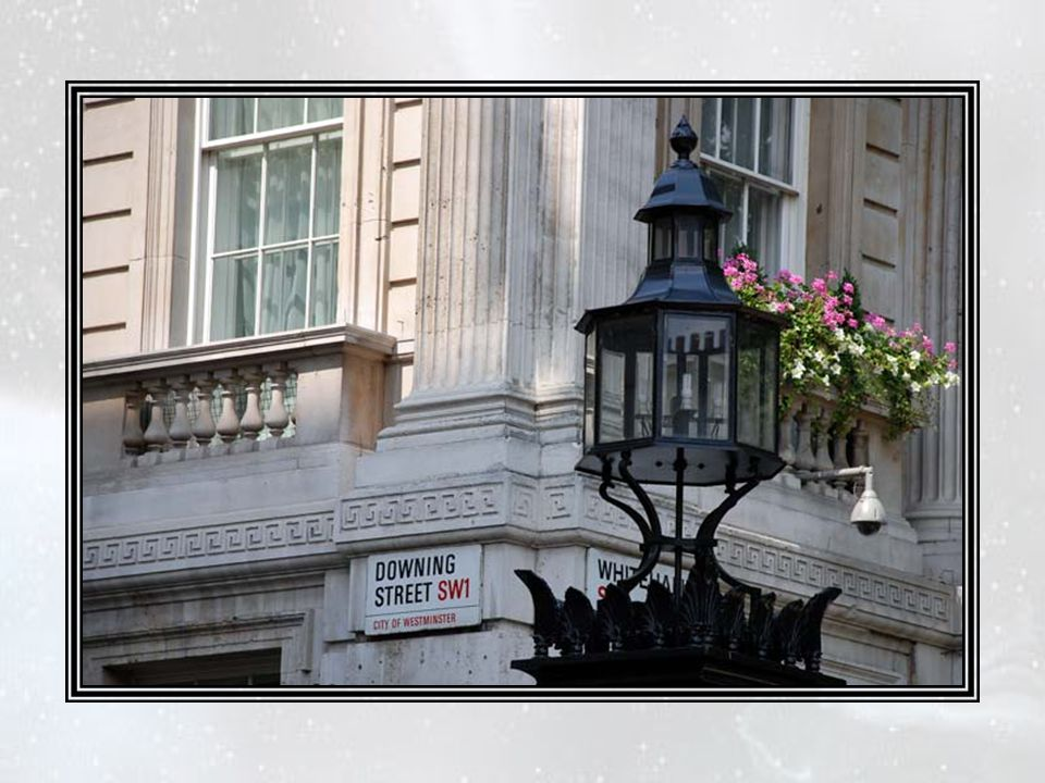 Le thème de toutes ces berceuses, c'est-à-dire la « balle de golf », lui, se trouvait toujours 10, Downing Street. Dans le seul but d'assurer la tranq