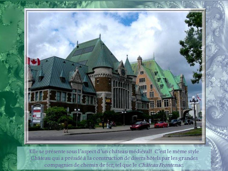 La Gare du Palais, construite en 1915, abritait primitivement les trains du Canadian Pacific qui reliaient Québec au Lac Saint- Jean.