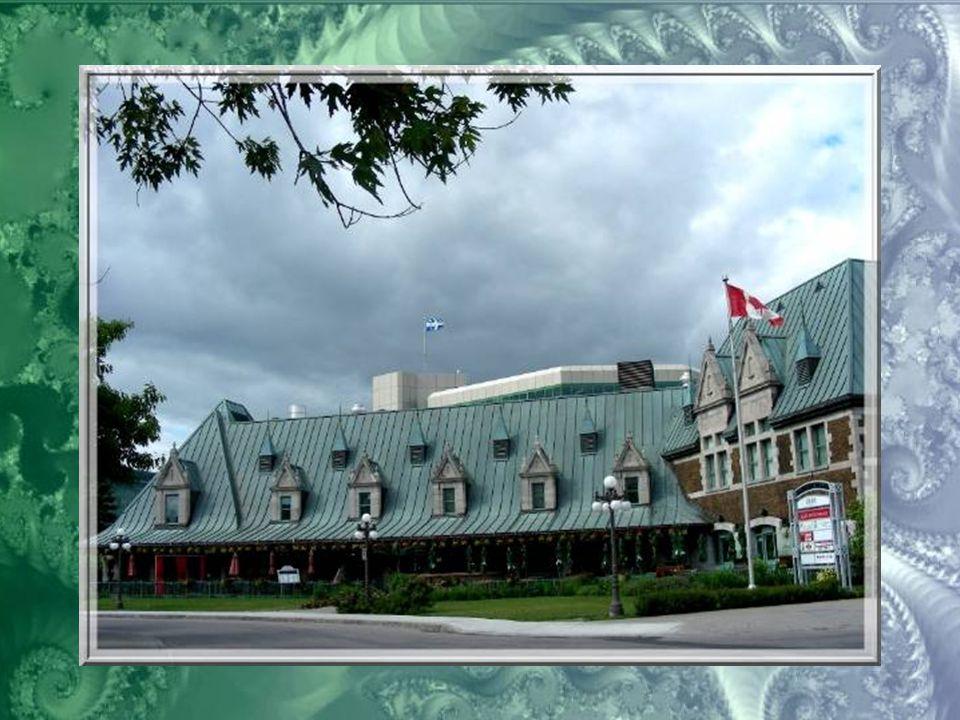 Devant la gare, la fontaine créée par Charles Daudelin en 1999, financée par Hydro-Québec, « Eclatement »… Elle évoque la puissance de l'eau comme sou