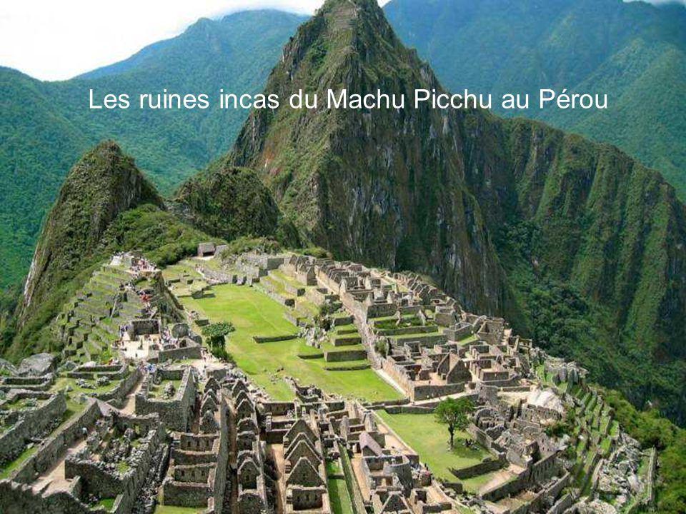 Les ruines incas du Machu Picchu au Pérou Perchée entre deux montagnes de la Cordillère des Andes à 2.438 mètres, la citadelle de Machu Picchu, princi