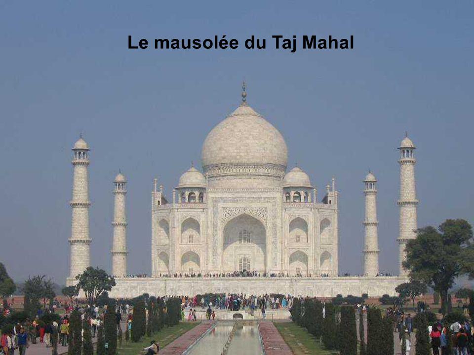 Le mausolée du Taj Mahal Le Taj Mahal a été construit au XVIIe siècle par l'empereur Shan Jahan comme mausolée à la mémoire de sa défunte épouse, Mumt