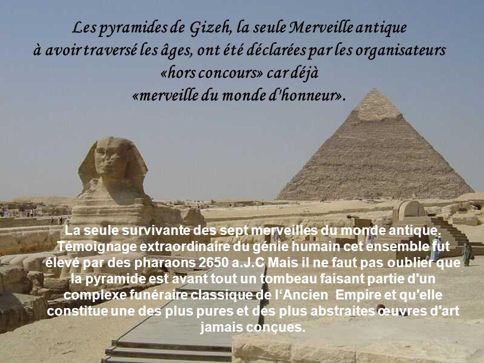 Les pyramides de Gizeh, la seule Merveille antique à avoir traversé les âges, ont été déclarées par les organisateurs «hors concours» car déjà «merveille du monde d honneur».