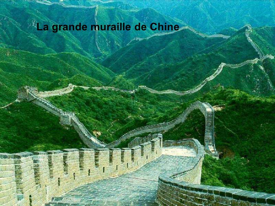 La Grande muraille de Chine Sa construction a débuté il y a plus de 2.000 ans. Elle est certainement le monument le plus long au monde, s'étendant de