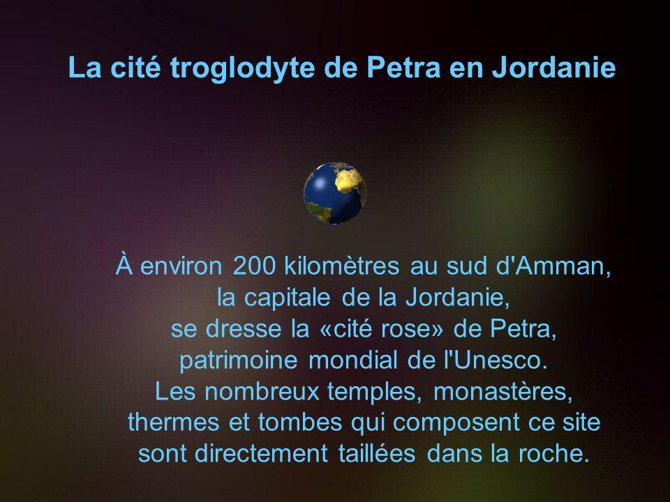 La cité troglodyte de Petra en Jordanie À environ 200 kilomètres au sud d Amman, la capitale de la Jordanie, se dresse la «cité rose» de Petra, patrimoine mondial de l Unesco.