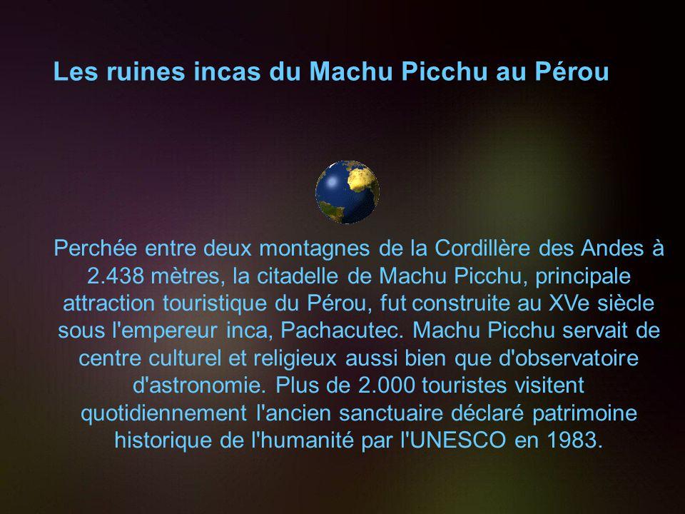 Les ruines incas du Machu Picchu au Pérou Perchée entre deux montagnes de la Cordillère des Andes à 2.438 mètres, la citadelle de Machu Picchu, principale attraction touristique du Pérou, fut construite au XVe siècle sous l empereur inca, Pachacutec.
