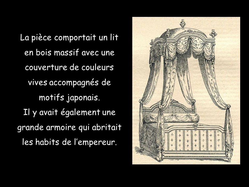 La pièce comportait un lit en bois massif avec une couverture de couleurs vives accompagnés de motifs japonais.