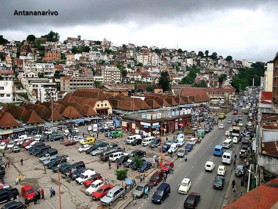 Dominée par le Palais de la Reine, Antananarivo, la capitale de Madagascar, est aujourd'hui une ville de près d'un million d'habitants. Le nom Antanan