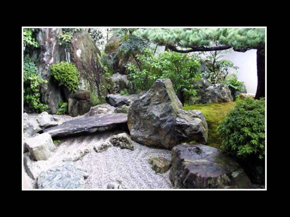 Certains des jardins les plus connus en Occident comme au Japon sont des jardins zen, composés de rochers, mousses et graviers.