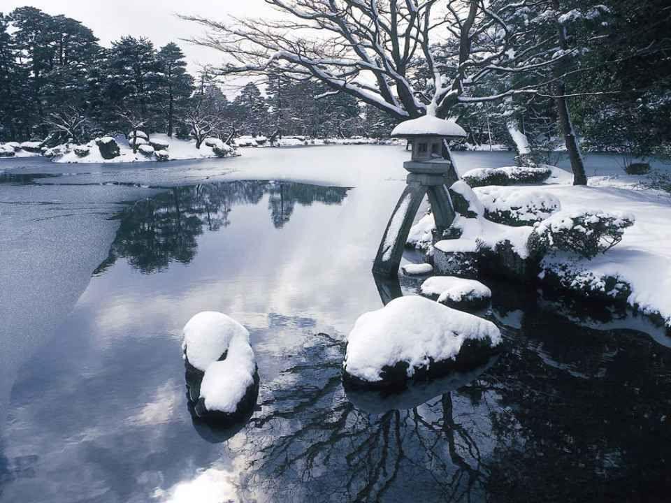 Les jardins japonais ne se révèlent jamais complètement à la vue, pour des raisons esthétiques : cacher certains éléments selon le point de vue renden