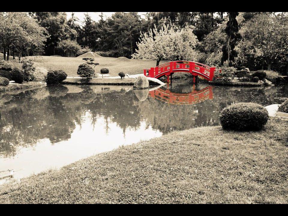 Les jardins japonais sont systématiquement clos. La notion de grands espaces ouverts, comme les pelouses du château de Versailles, est étrangère à l'e