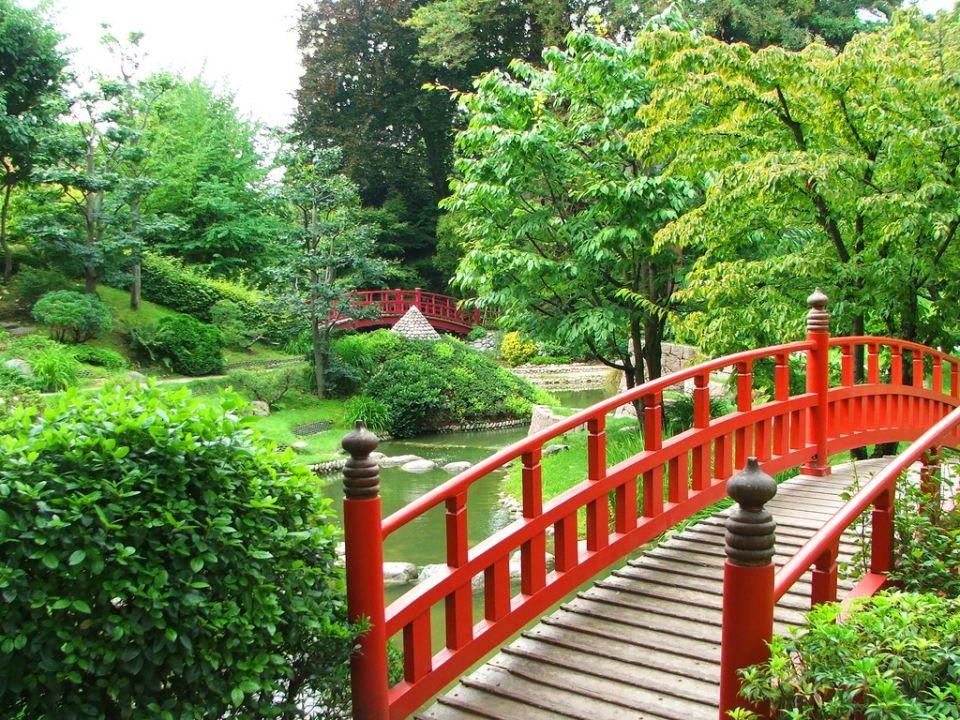 Les limites du jardin ont le plus souvent un aspect naturel : haies, grands arbres, remblais, murs de facture traditionnelle, palissades ou clôtures e