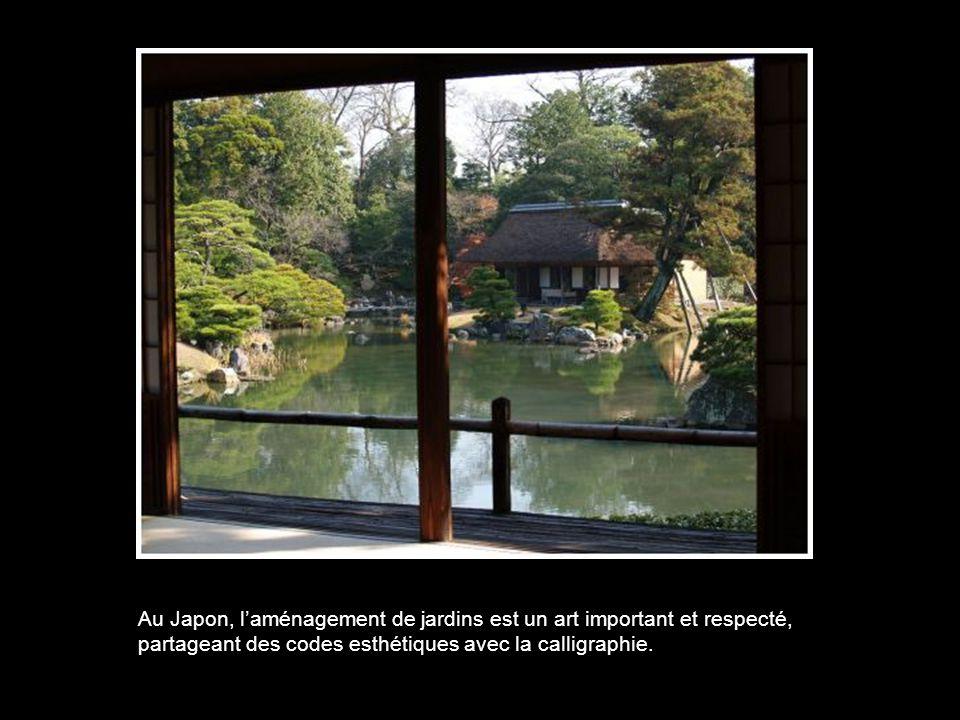 Au Japon, l'aménagement de jardins est un art important et respecté, partageant des codes esthétiques avec la calligraphie.