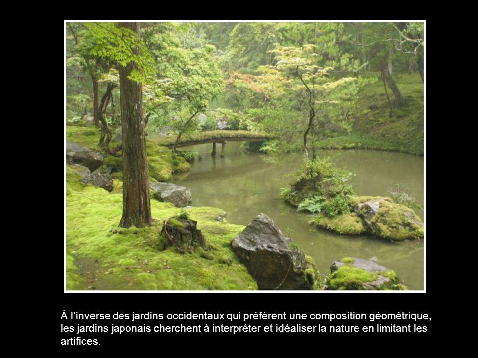 Les limites du jardin ont le plus souvent un aspect naturel : haies, grands arbres, remblais, murs de facture traditionnelle, palissades ou clôtures en bambou.