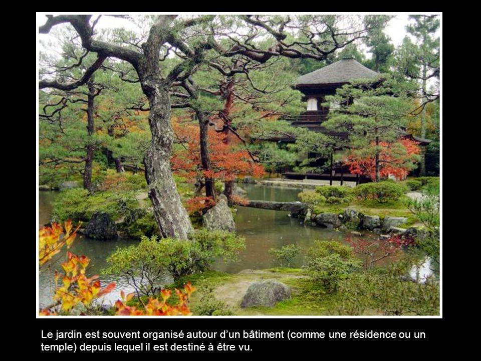 Au contraire de la perspective occidentale, reposant sur un plan horizontal et un point de fuite, la perspective du jardin japonais repose sur le « principe des trois profondeurs » de la peinture chinoise, avec un premier plan, un plan intermédiaire, et un plan lointain.