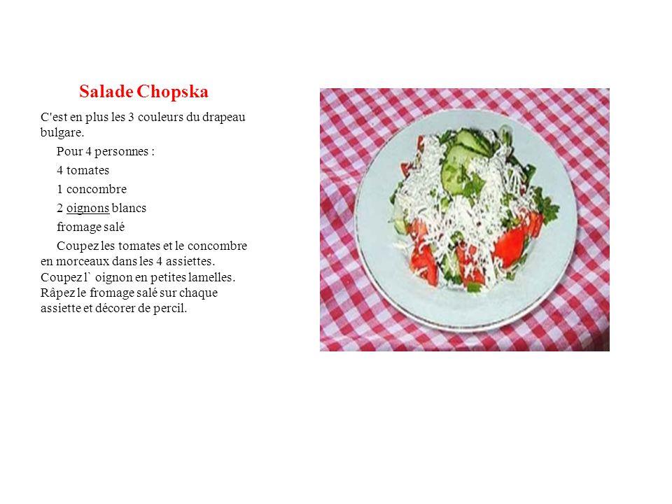 Salade Chopska C'est en plus les 3 couleurs du drapeau bulgare. Pour 4 personnes : 4 tomates 1 concombre 2 oignons blancs fromage salé Coupez les toma
