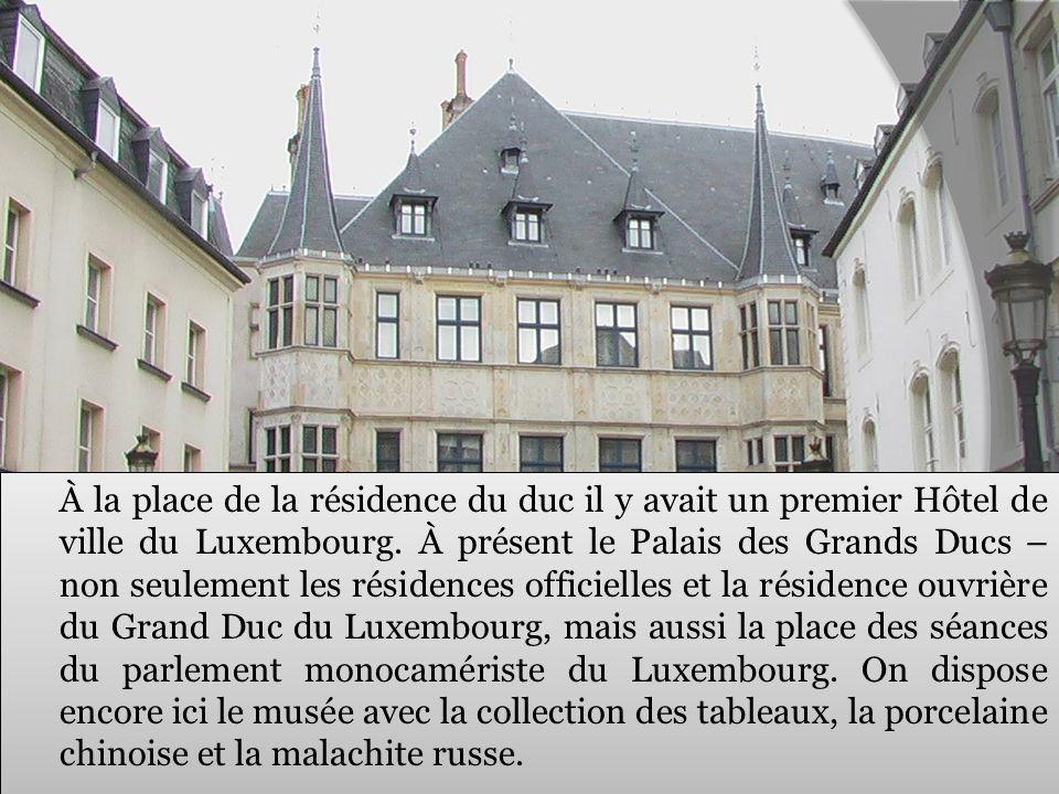 À la place de la résidence du duc il y avait un premier Hôtel de ville du Luxembourg. À présent le Palais des Grands Ducs – non seulement les résidenc