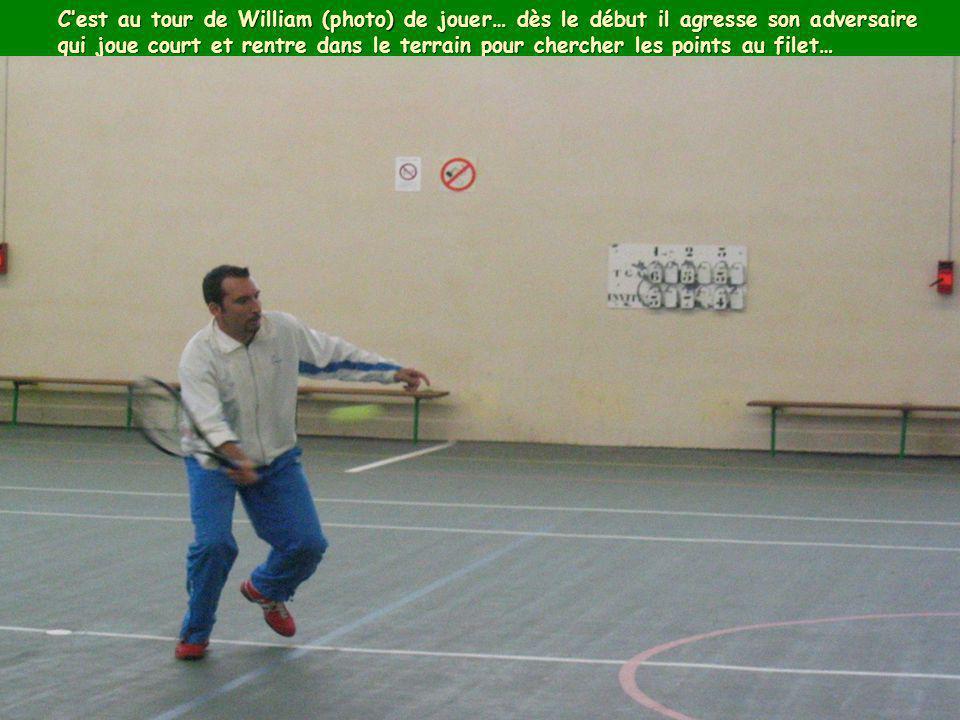 C'est au tour de William (photo) de jouer… dès le début il agresse son adversaire qui joue court et rentre dans le terrain pour chercher les points au filet…