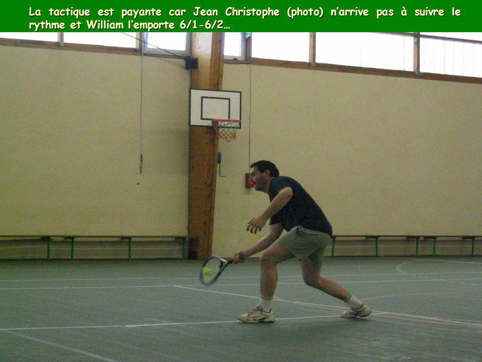 La tactique est payante car Jean Christophe (photo) n'arrive pas à suivre le rythme et William l'emporte 6/1-6/2…