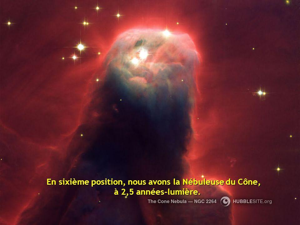 En cinquième position, on a choisi la Nébuleuse Hourglass située à 8000 années-lumière, une belle nébuleuse avec un rétrécissement dans sa partie centrale.