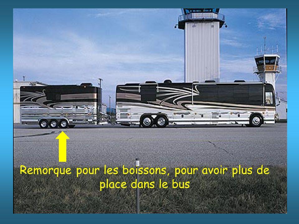 Le transfert de l'aéroport au port est prévu en bus; (champagne et caviar au menu)