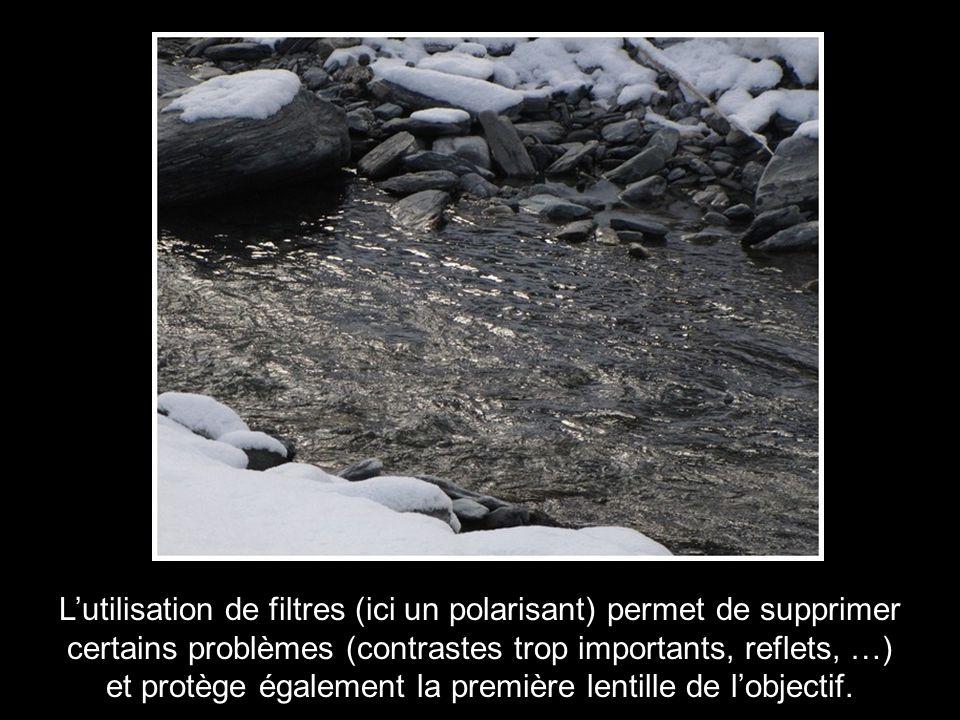 L'utilisation de filtres (ici un polarisant) permet de supprimer certains problèmes (contrastes trop importants, reflets, …) et protège également la p