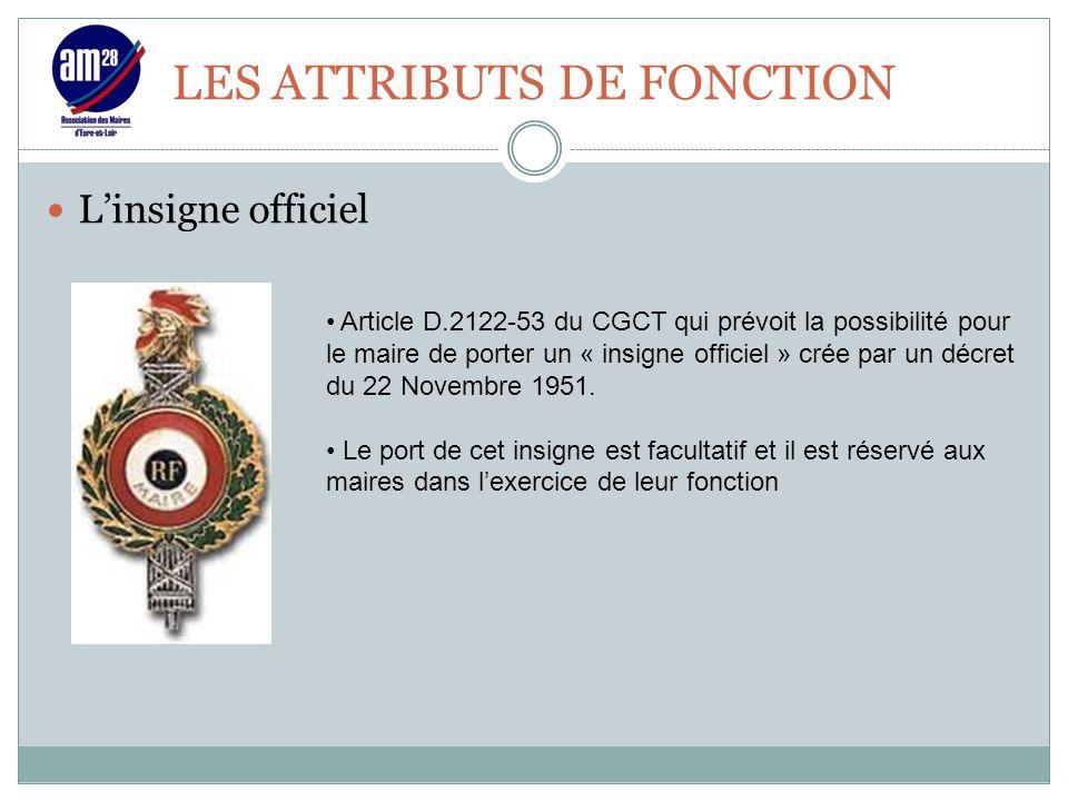 LES ATTRIBUTS DE FONCTION L'insigne officiel Article D.2122-53 du CGCT qui prévoit la possibilité pour le maire de porter un « insigne officiel » crée