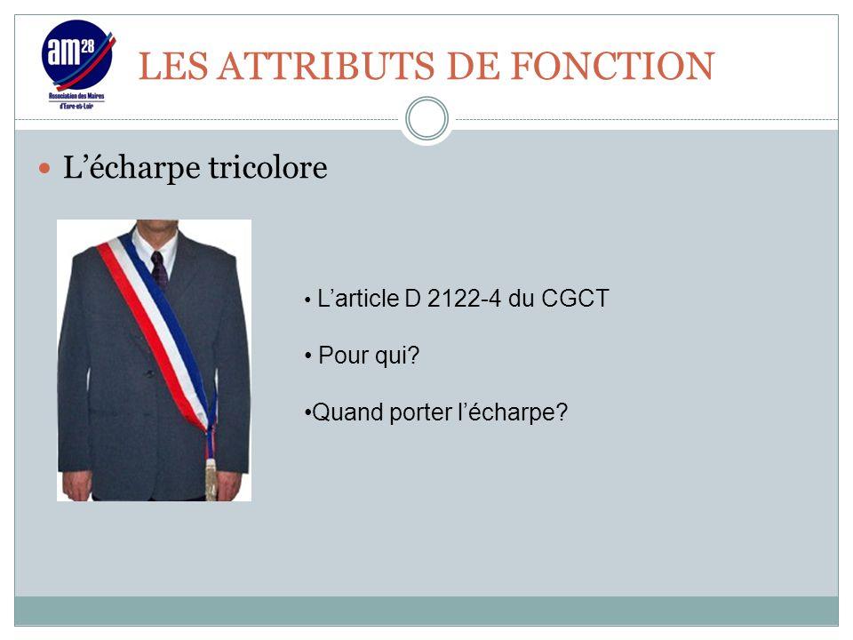 LES ATTRIBUTS DE FONCTION L'écharpe tricolore L'article D 2122-4 du CGCT Pour qui? Quand porter l'écharpe?