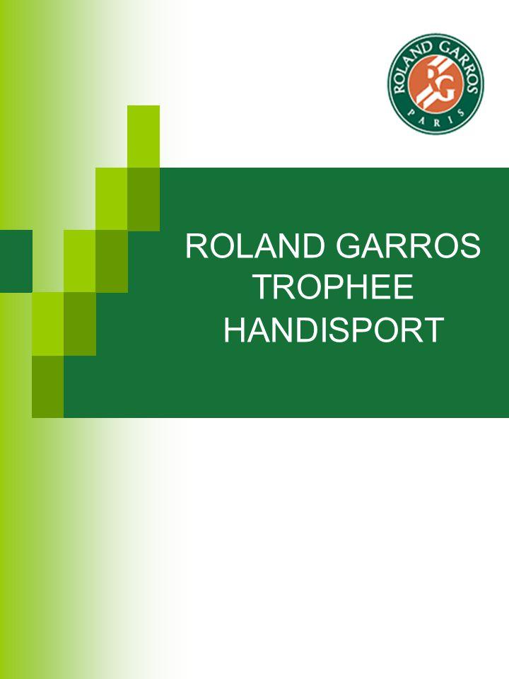 ROLAND GARROS - TROPHEE HANDISPORT Les 8 meilleurs joueurs mondiaux et les 8 meilleures joueuses mondiales de tennis handisport 4 épreuves : simple messieurs, simple dames, double messieurs et double dames 20 matchs de tennis handisport présentant les meilleurs joueurs du monde pendant 4 jours.