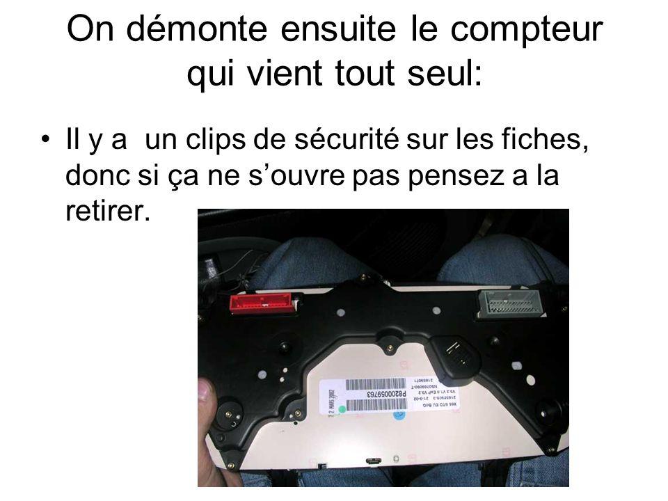 On démonte ensuite le compteur qui vient tout seul: Il y a un clips de sécurité sur les fiches, donc si ça ne s'ouvre pas pensez a la retirer.