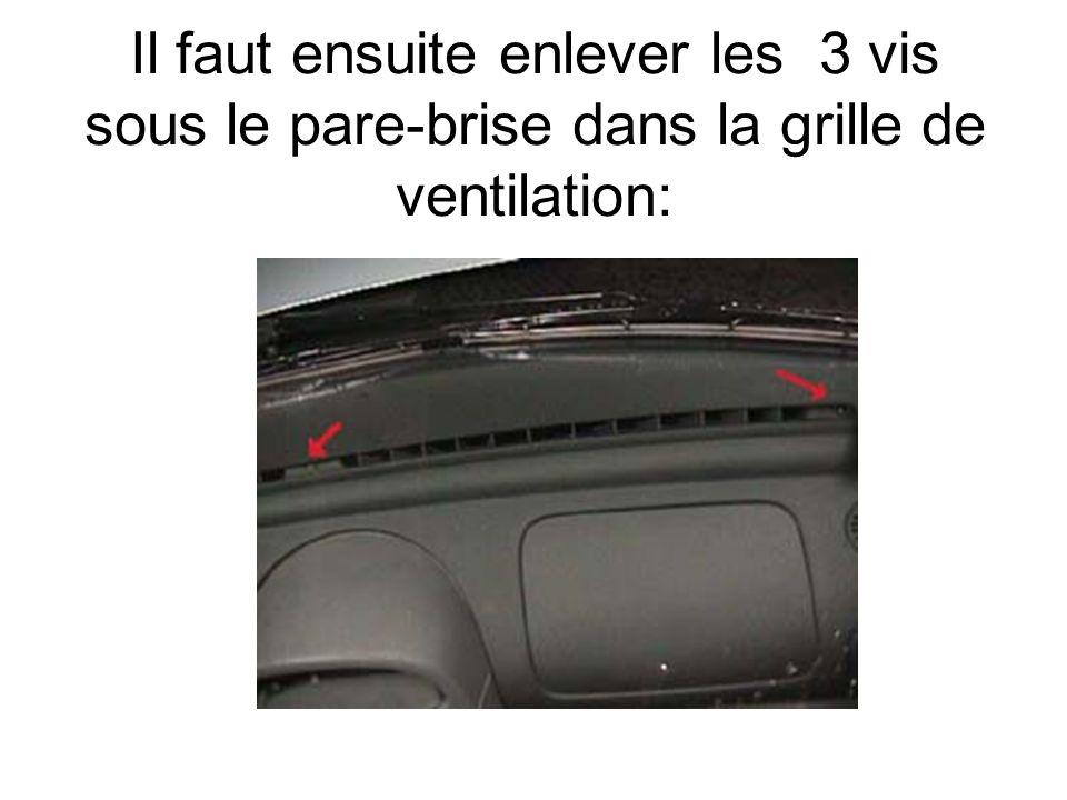 Il faut ensuite enlever les 3 vis sous le pare-brise dans la grille de ventilation: