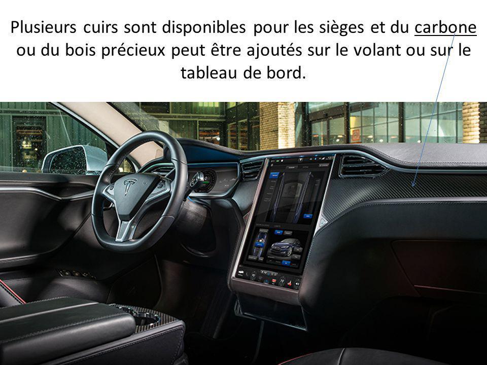 Cette Model S accueille une planche de bord tout à fait inédit sur le marché: elle n'est composé que d'une tablette tactile géante regroupant toutes l