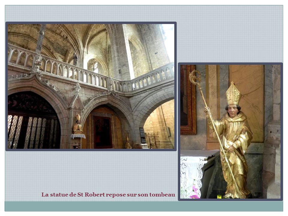 Un jubé du 15 ème siècle, surmonté d un grand Christ en croix, coupe l édifice en deux: la nef et le choeur.